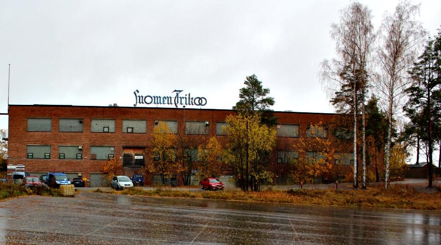 Onkiniemen tehdasalue Paasikiven tieltä tarkasteltuna. Kuvan oikeassa reunassa häämöttää huvipuiston Koiramäki.